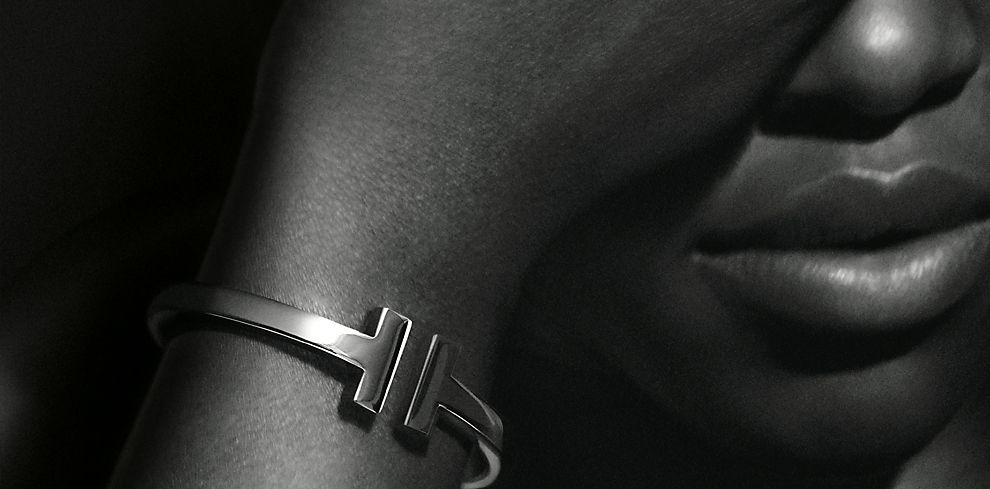 Actress Lupita Nyong'o in a 18k Gold Tiffany T Bracelet