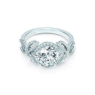 Los elegantes lazos de diamantes evocan el lazo blanco que atamos alrededor  de nuestra Tiffany Blue Box y resaltan el diamante brillante redondo que ... 5dabc78f0aa