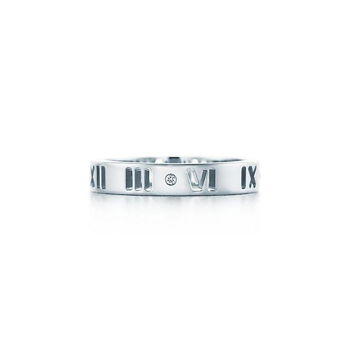 5c201e7a16c3 Anillo perforado Atlas® en oro blanco de 18 quilates con un diamante ...