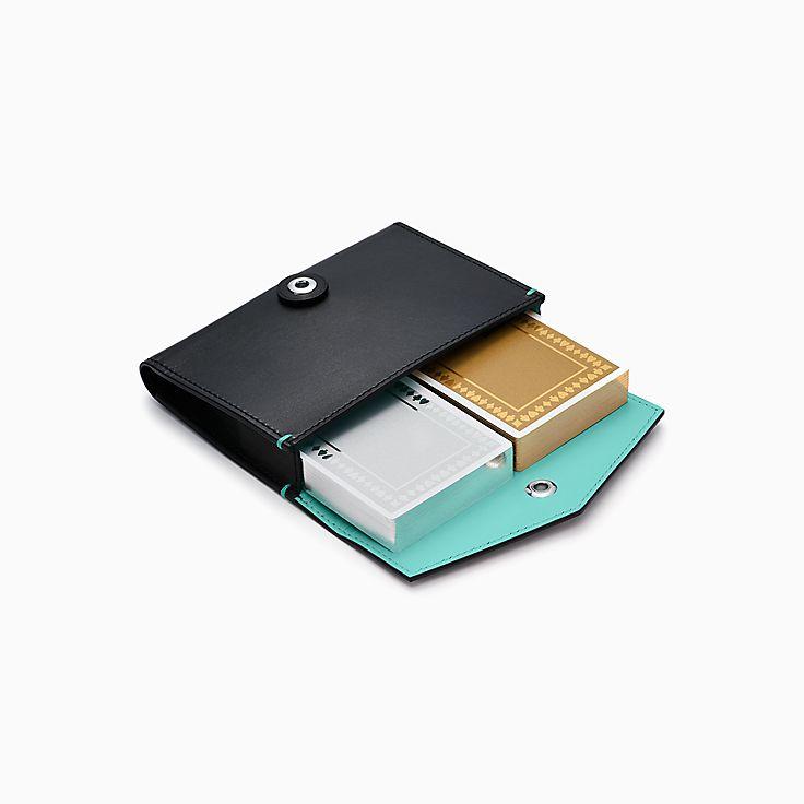 Cartes à jouer métalliques dans une pochette en cuir