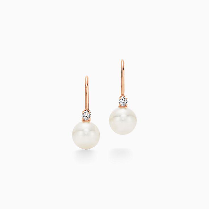 Collezione Tiffany Signature® Pearls:Orecchini con gancetto