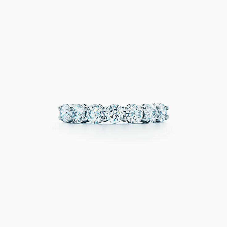 Aliança Tiffany Embrace® em platina com diamantes, 3,5 mm de largura. 7a2a07f80c