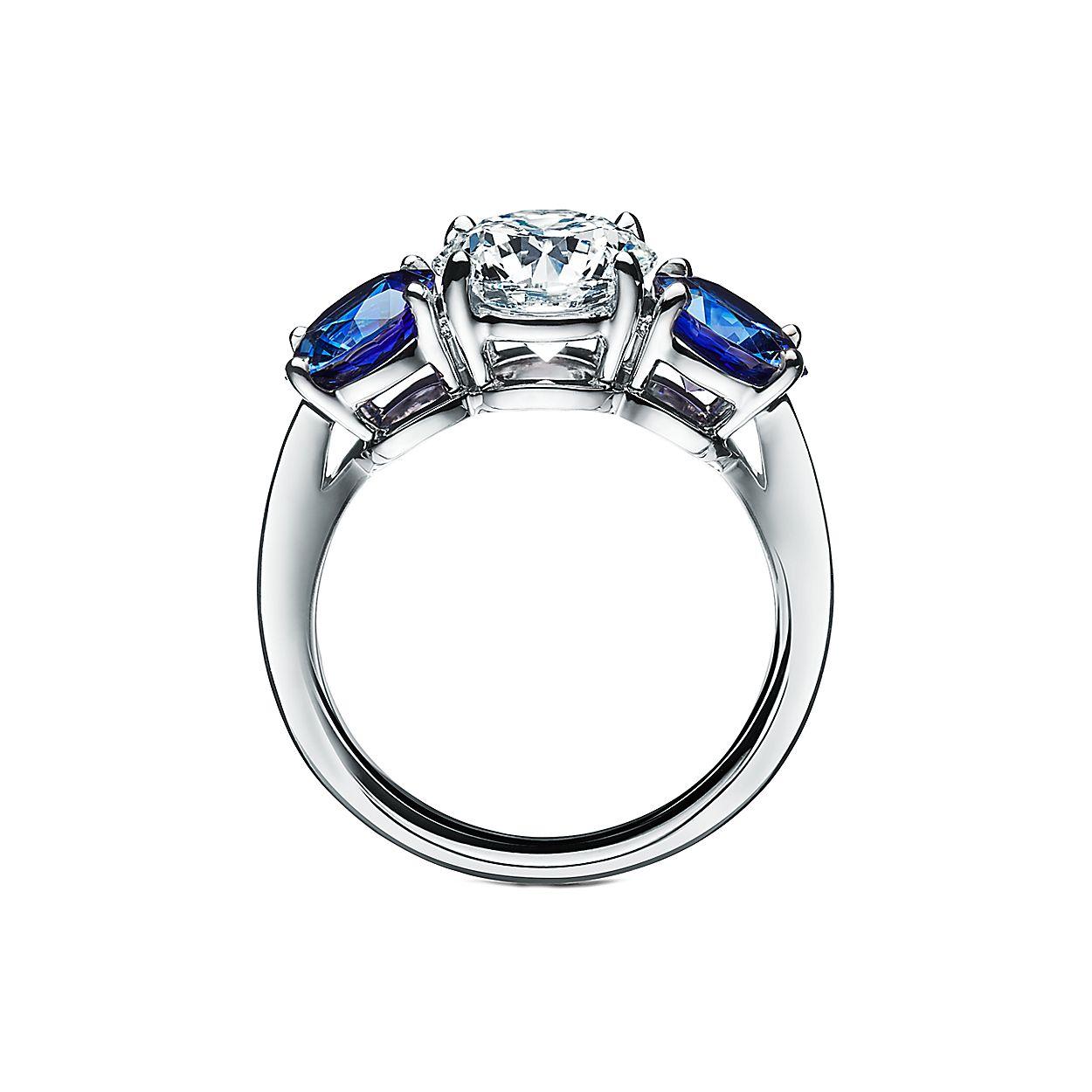 1da8eee589fd8 Anel de noivado Tiffany Three Stone em platina com safiras laterais