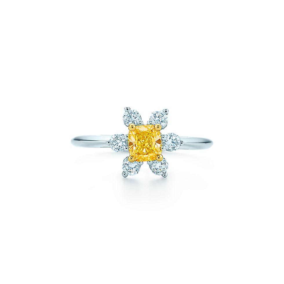 75d7848c2 Anel de ranúnculo em ouro 18k e platina com um diamante amarelo ...
