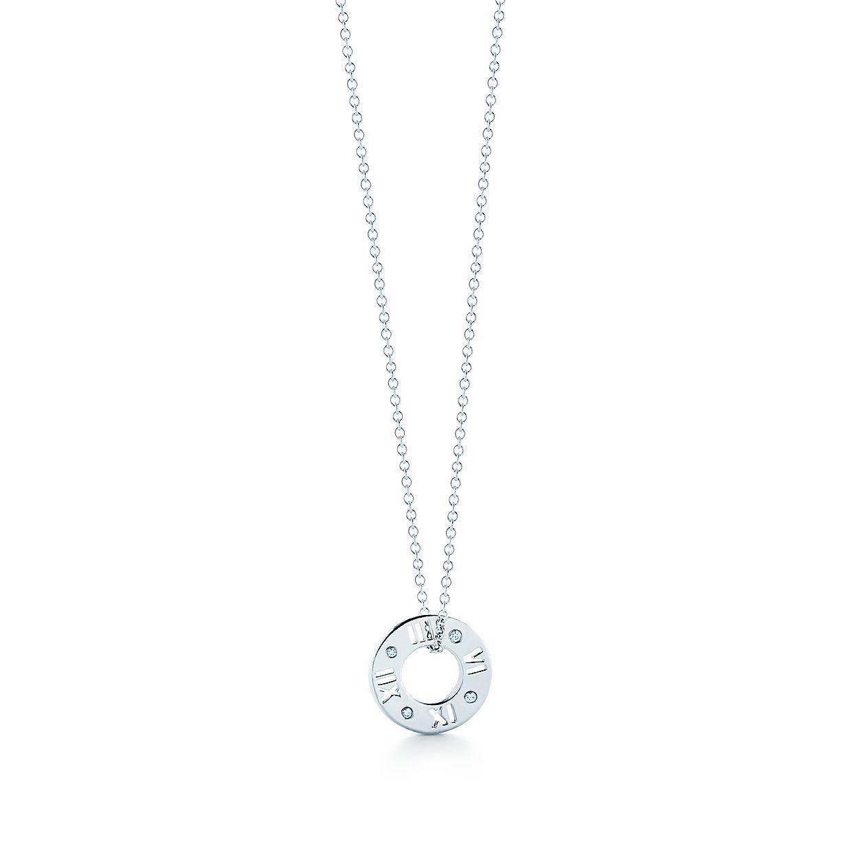 c8dd3a6b5284 Colgante perforado Atlas® en oro blanco de 18 quilates con diamantes ...