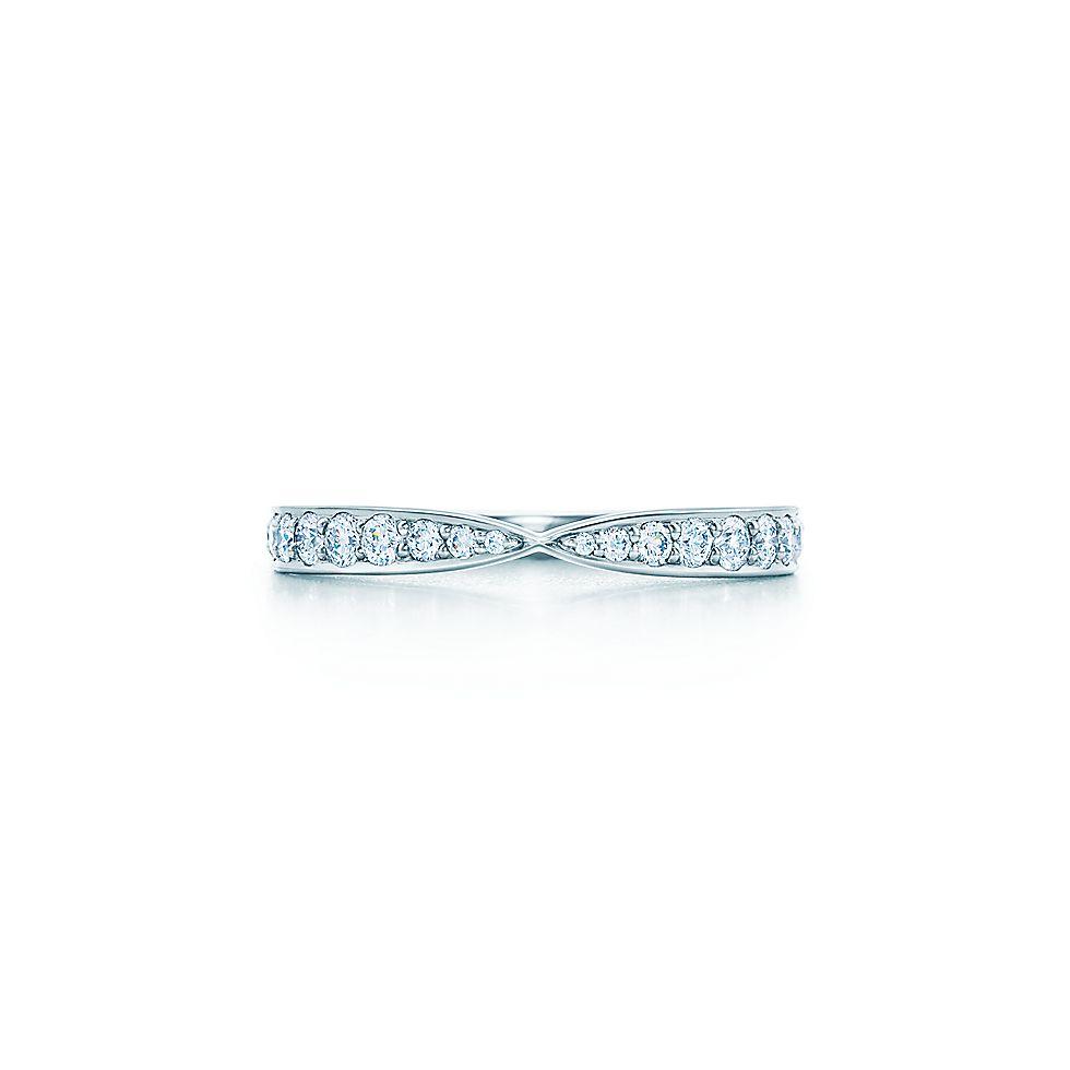 be123ad6eb95 Anillo en platino con diamantes en montadura de grano Tiffany Harmony™.