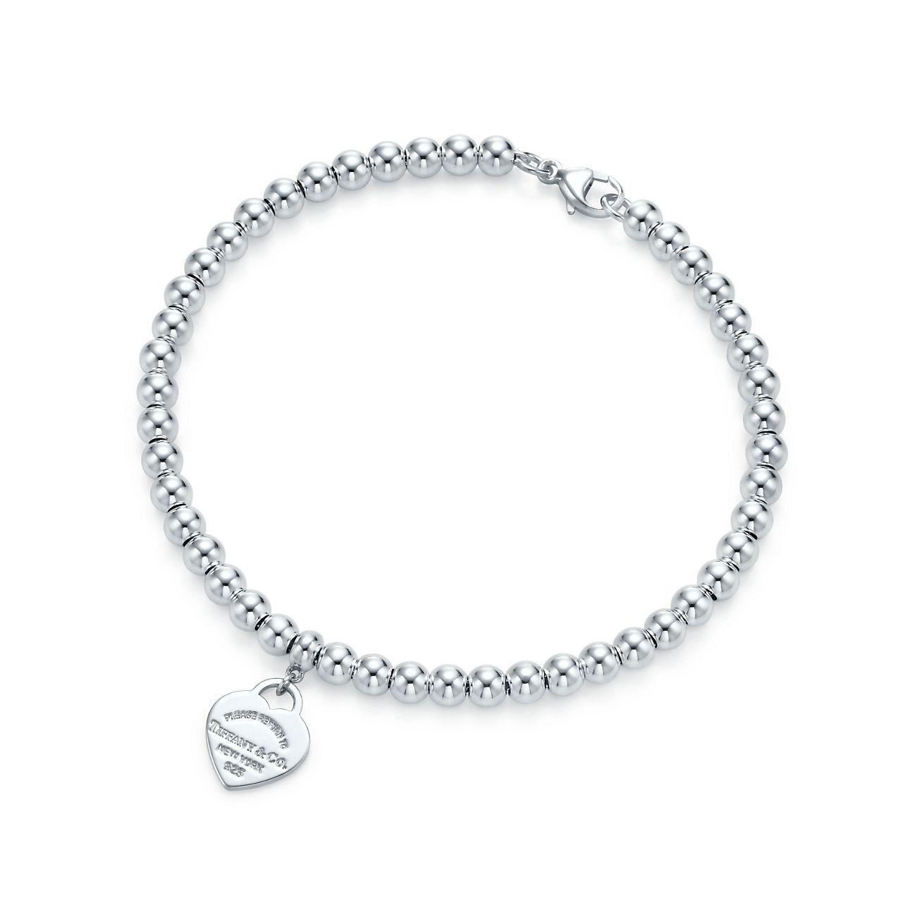 68aedfb3d5f Berloque de coração mini em prata de lei em uma pulseira de contas ...