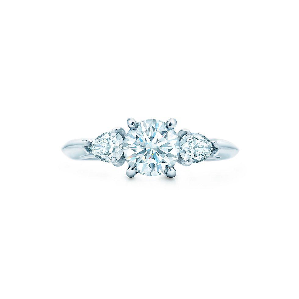 Круглый бриллиант, дополненный боковыми камнями грушевидной огранки Кольца  для помолвки   Tiffany   Co. 22ea997cd64