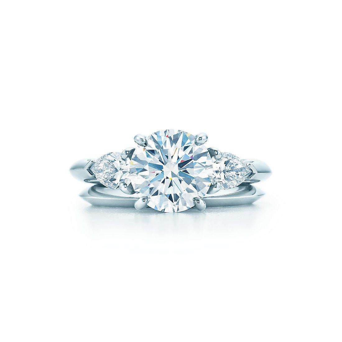 Круглый бриллиант, дополненный боковыми камнями грушевидной огранки ... 975a4a5c1cf