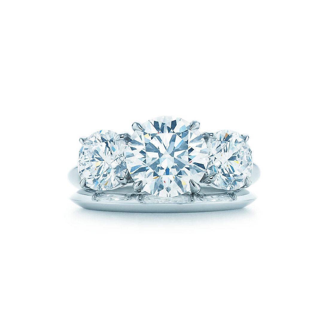 Кольцо с тремя круглыми бриллиантами Кольца для помолвки   Tiffany   Co. 8a04ace65bb