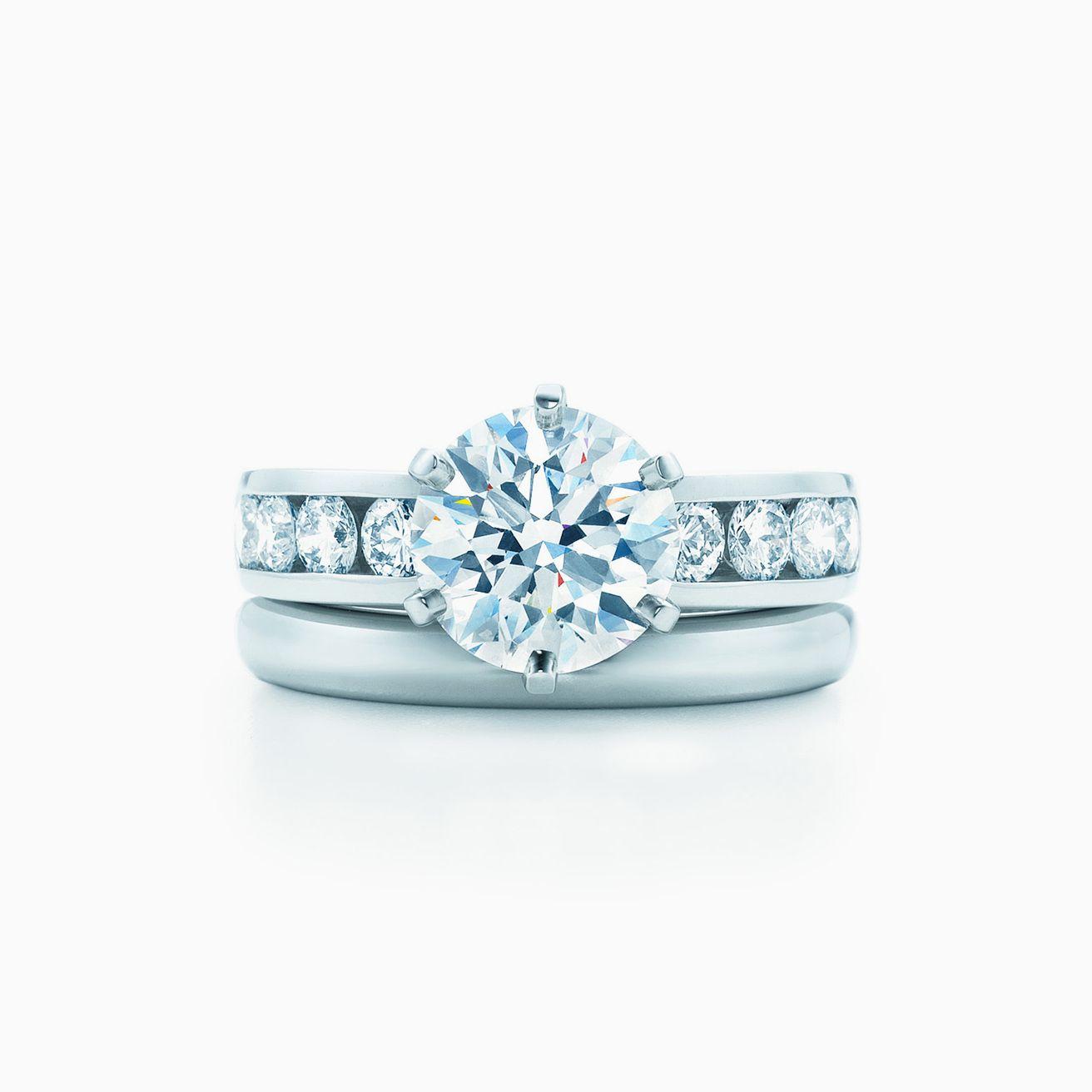 77801955e32f Haga clic en las alianzas de boda que aparecen a continuación para ver cómo  queda cada una de ellas con su anillo de compromiso. Tiffany Classic™   alianza ...